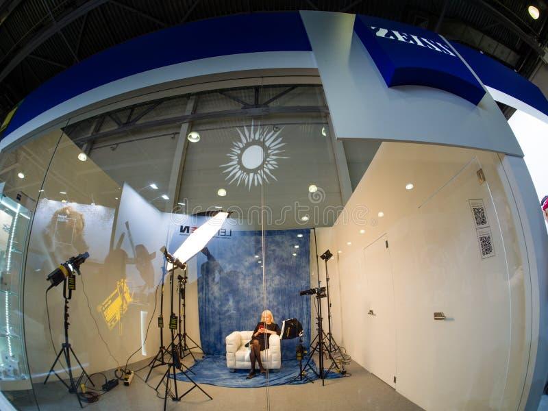 Pracowniany teren wśrodku Zeiss budka przy PhotoForum 2019 wystawą handlową fotografia stock