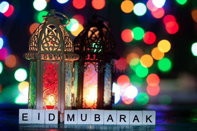 Pracowniany ustawianie strzał zaświecający lampion - pokazywać eid Mubarak świętowanie konceptualnego fotografia royalty free