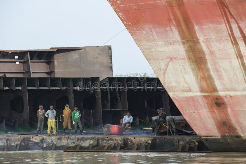 Pracownicy łama jarda w Bangladesz stary statek obraz royalty free