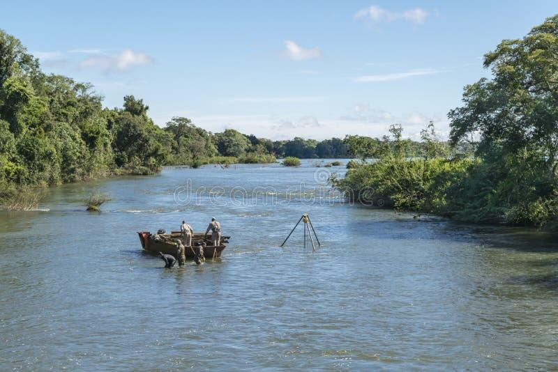 Pracownicy Bierze Wodne próbki przy Parana rzeką w Iguazu parku obraz royalty free