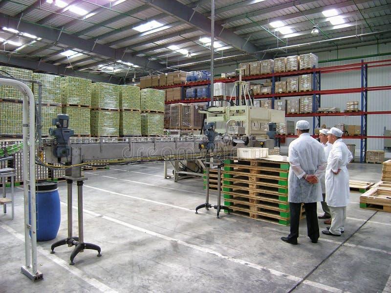 Pracownicy Bonduelle kukurydzy przerobowa fabryka stali bezczynnie konwejeru i dyskutują zagadnienia puszki produkcja Cannery wnę zdjęcie stock