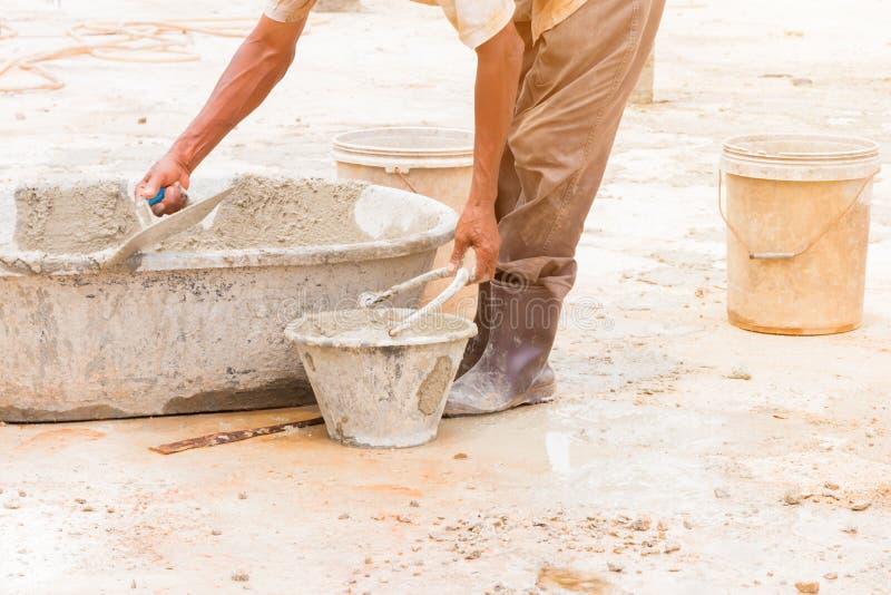 pracownicy budowlani gipsowali remontowej podłoga w miejsce pracy budowie dom zdjęcie royalty free