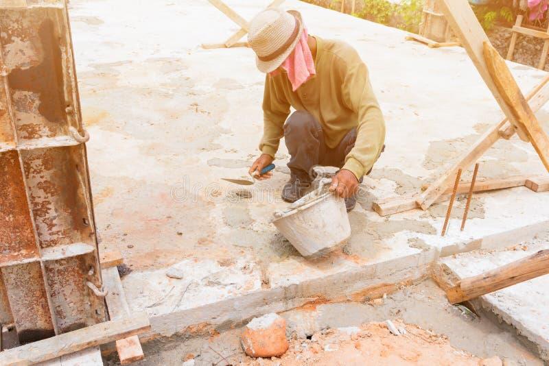 pracownicy budowlani gipsowali remontowej podłoga w miejsce pracy budowie dom zdjęcia royalty free