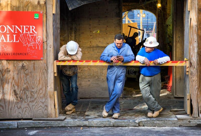 Pracownicy budowlani na przerwie zdjęcia royalty free