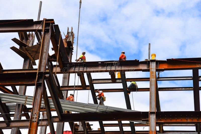 Pracownicy budowlani na stalowych promieniach w budowie skys fotografia royalty free