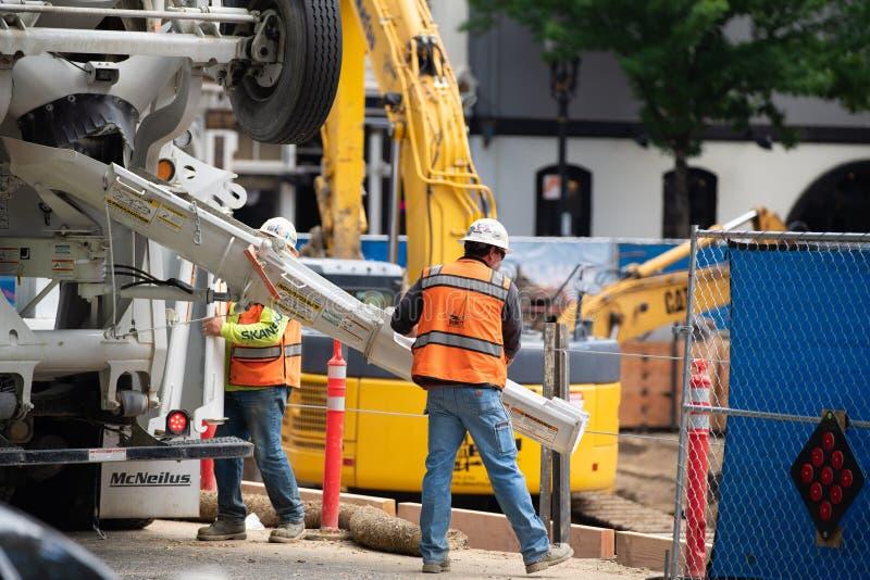 Pracownicy budowlani nalewa beton obraz stock