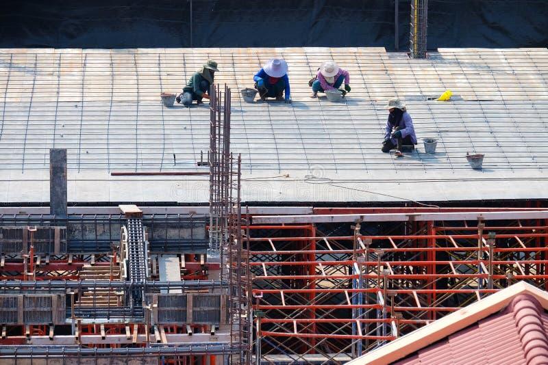 Pracownicy budowlani pracują na budynku zdjęcia stock
