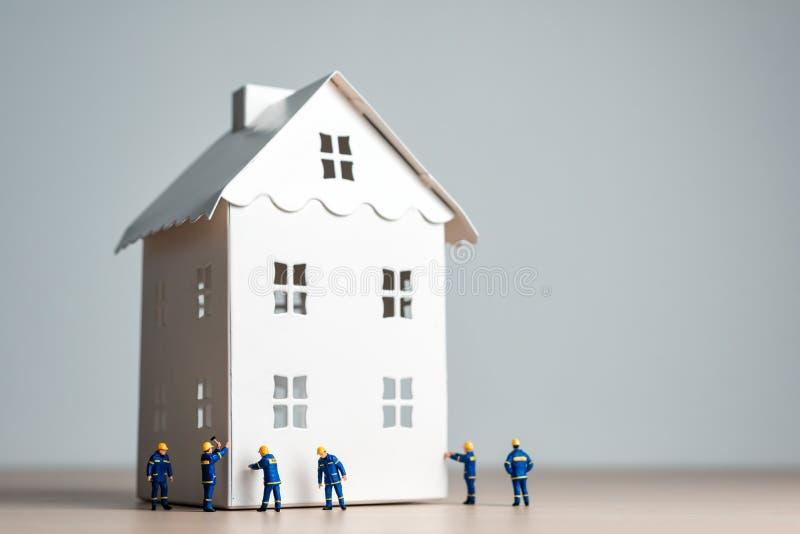 Pracownicy budowlani pracuje na nowym domu obrazy royalty free