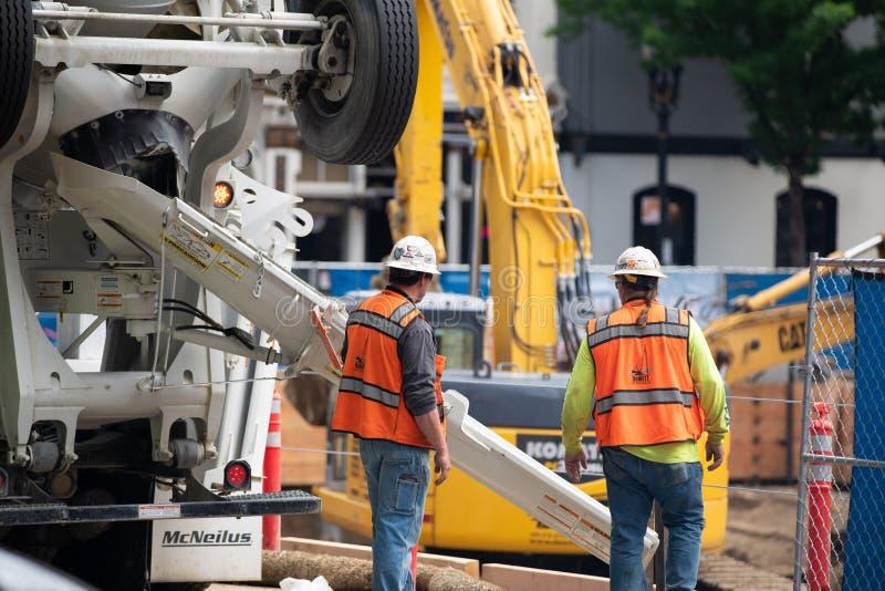 Pracownicy budowlani przy budowy miejscem obraz stock