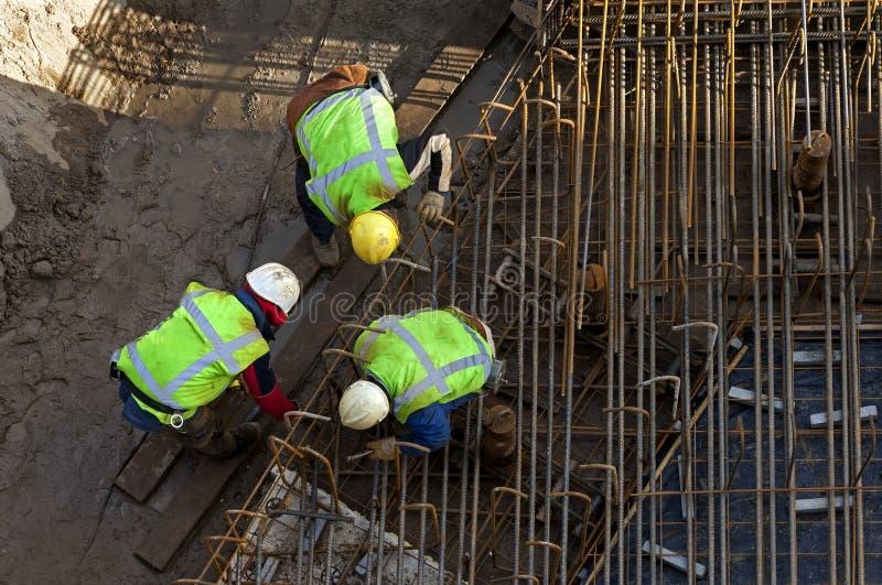 Pracownicy budowlani przy pracą w budowy jamie fotografia royalty free