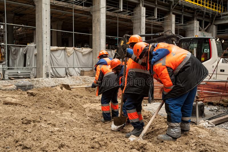 Pracownicy budowlani z łopatą fotografia royalty free