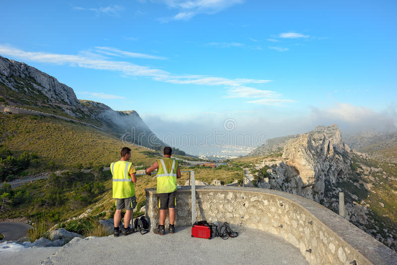 Pracownicy budują obserwaci platformę Mirador Colomer na skałach Wyspa Majorca, Hiszpania zdjęcia royalty free