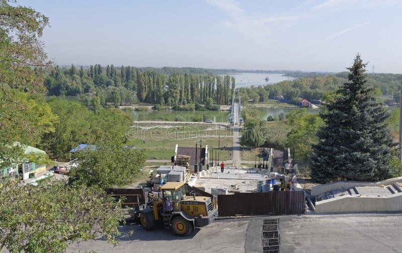 Pracownicy budują zwyczajnego schody Don rzeka na summ zdjęcie stock