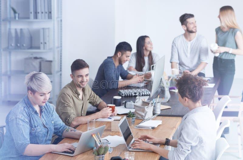 Pracownicy cieszy się ich przerwę zdjęcia royalty free