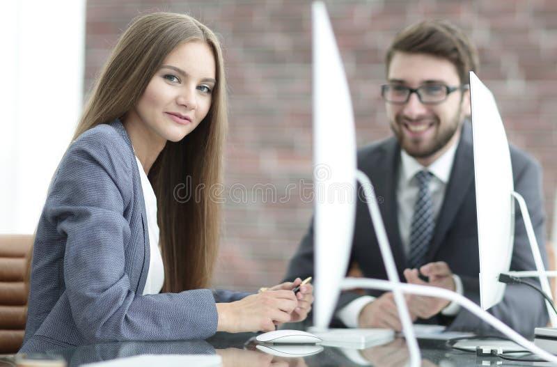 Pracownicy dyskutują prac zagadnienia w biurze zdjęcia stock