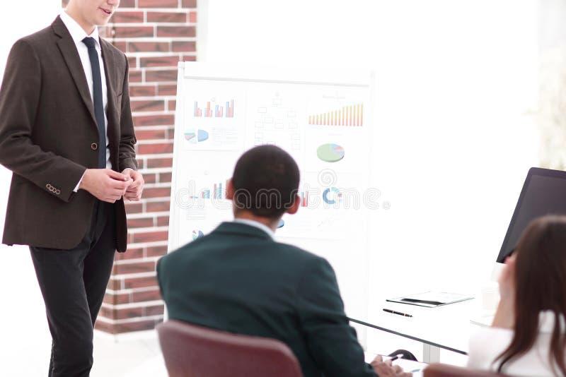 Pracownicy dyskutuje nowego biznesowego projekt w biurze obraz stock