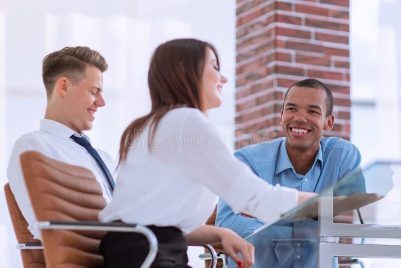 Pracownicy dyskutuje nowych pomysły w miejscu pracy zdjęcie stock