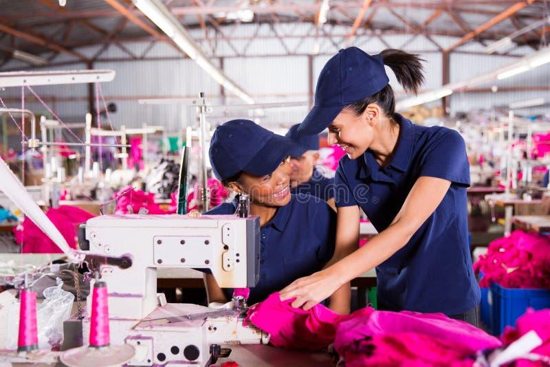 Pracownicy dyskutuje pracę obraz stock