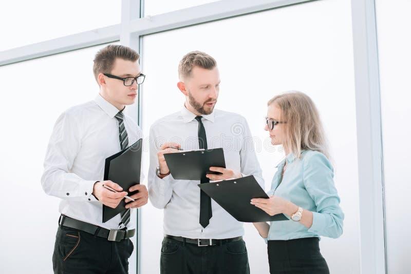 Pracownicy dyskutuje praca plan przed zaczyna? biznesowego konwersatorium zdjęcia royalty free