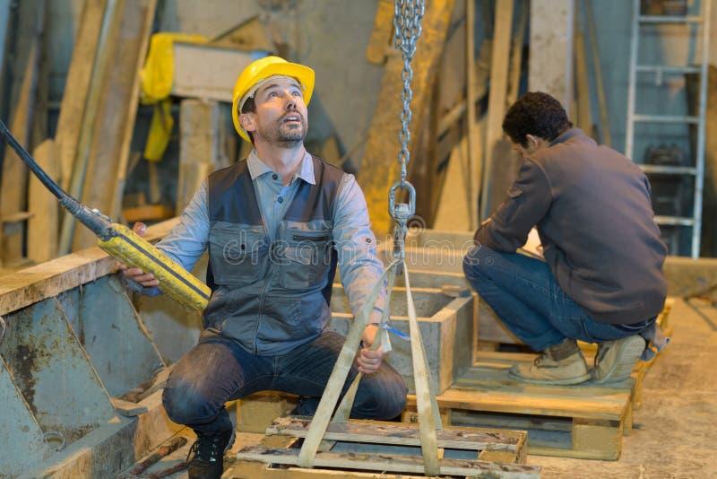 Pracownicy fabryczni używa pulley obrazy stock