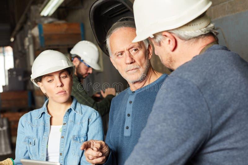 Pracownicy fabryczni w spotkaniu obraz royalty free