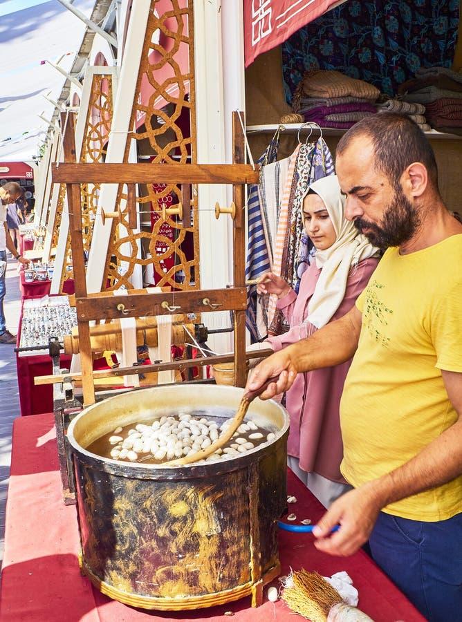 Pracownicy gotuje się jedwabnika i unwinding oprzędzają robić jedwabniczemu thre zdjęcia royalty free