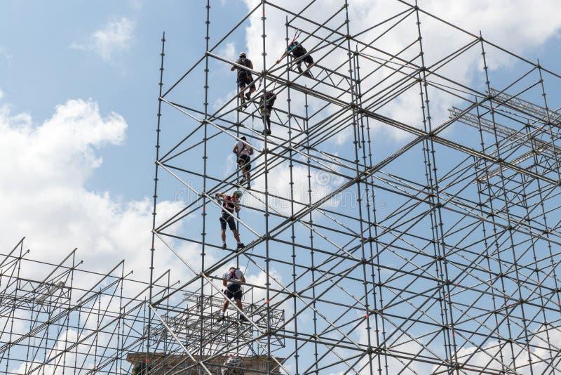 Pracownicy gromadzić kruszcową strukturę fotografia royalty free