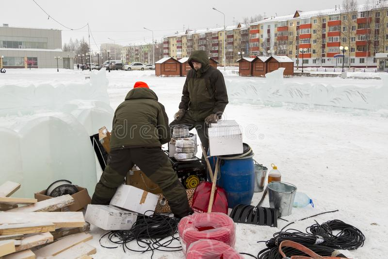 Pracownicy gromadzić władza kabel dla zaświecać zdjęcia royalty free