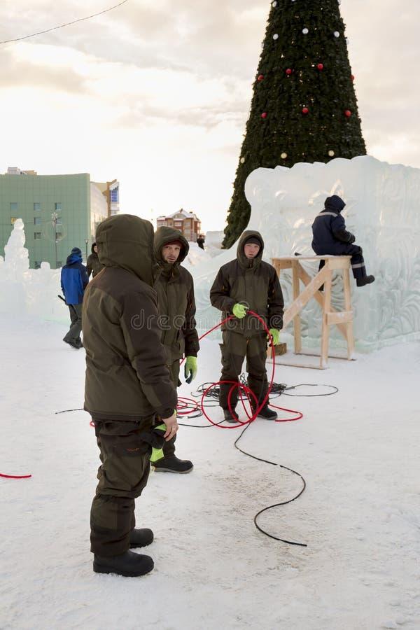 Pracownicy gromadzić władza kabel dla zaświecać zdjęcia stock