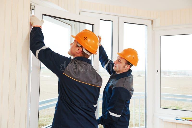 Pracownicy instaluje okno zdjęcia stock