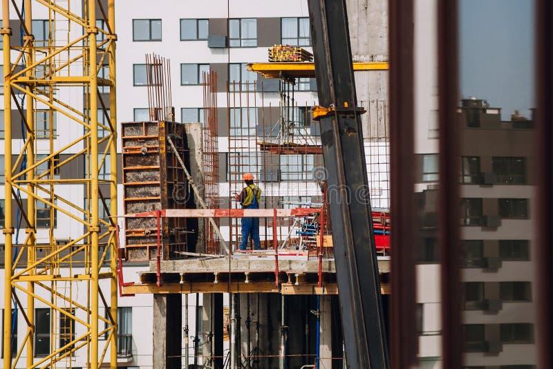 Pracownicy konstruują działanie i żurawie na bac przy budową obraz stock