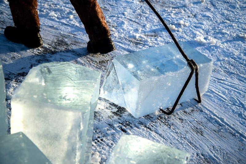 pracownicy minują wielkich sześciany naturalny rzeka lód zdjęcia royalty free