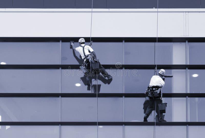 Pracownicy myje okno nowożytny budynek obrazy royalty free