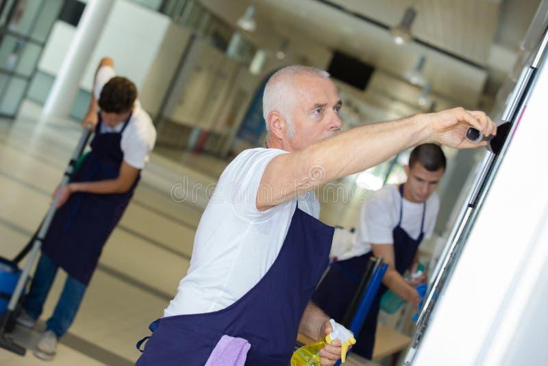 Pracownicy myje podłogowego budynek obraz stock