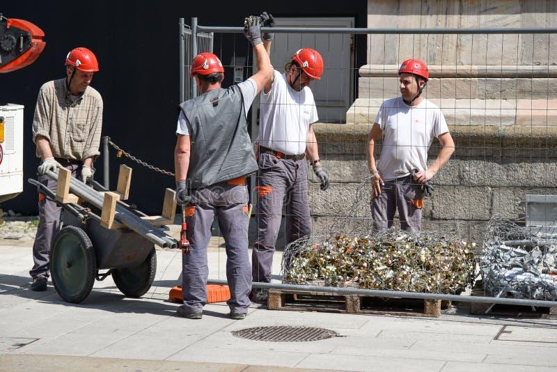 Pracownicy na ścianach Duomo di Mediolan zdjęcia royalty free