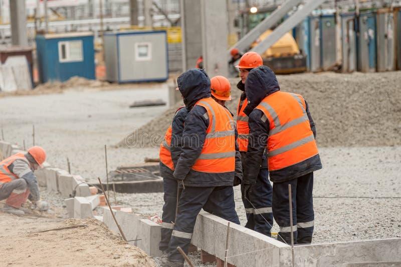 Pracownicy na budowie benzynowa fabryka obrazy stock