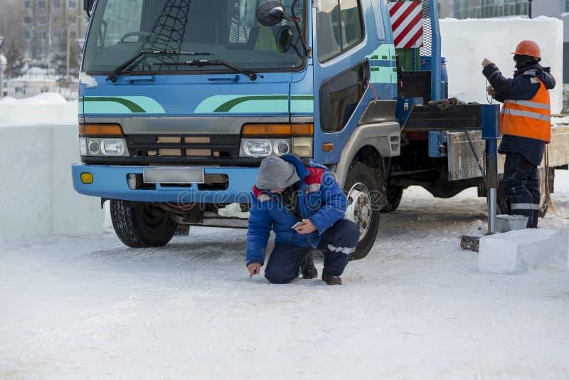Pracownicy na zgromadzenie miejscu przy ciężarowym żurawiem obrazy stock