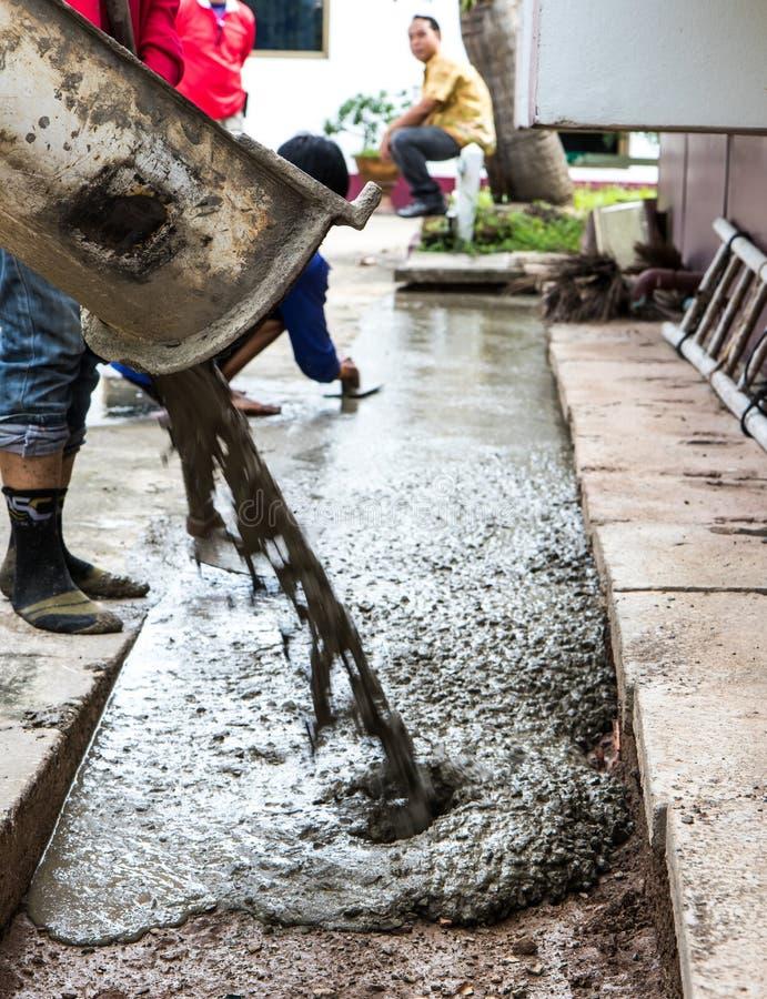 Pracownicy nalewają beton kontrola zdjęcie stock