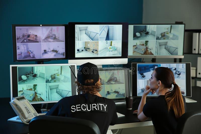 Pracownicy ochreni monitoruje nowożytne CCTV kamery w inwigilacja pokoju zdjęcia stock