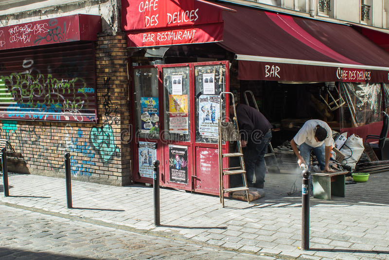 Pracownicy odnawią kawiarni des Delices w Belleville, Paryż, Francja zdjęcie stock