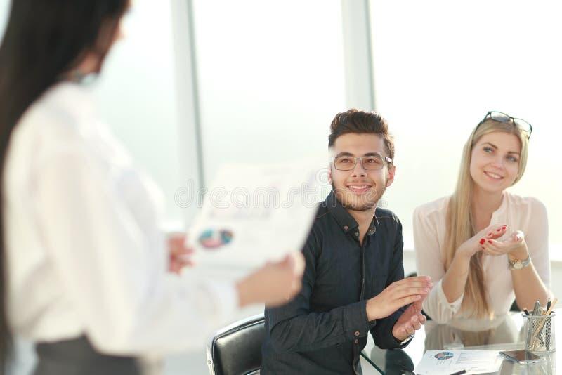 Pracownicy oklaskiwali przy biznesowym spotkaniem w biurze obraz royalty free