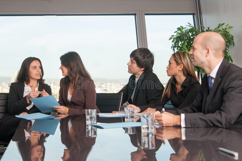 Pracownicy opowiada w motywaci konwersatorium zdjęcia royalty free