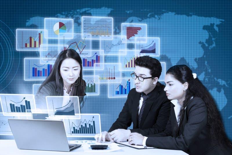 Pracownicy patrzeje pieniężne statystyki obraz stock