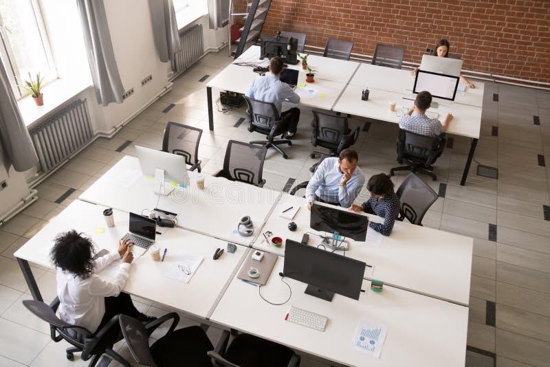 Pracownicy pracuje wpólnie w nowożytnej otwartej powierzchni biurowej obrazy stock