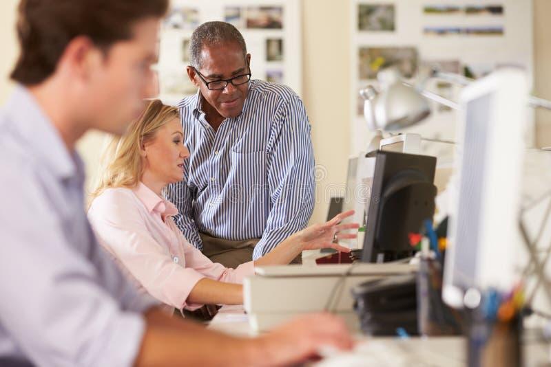 Pracownicy Przy biurkami W Ruchliwie Kreatywnie biurze obraz stock