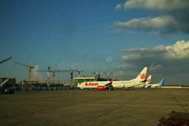 Pracownicy przy samolotowym lotniskiem, Soekarno Hatta kt?ry fotografowa? od szk?a za, obrazy royalty free