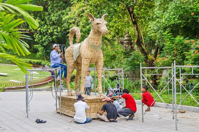Pracownicy robi statui w ogródzie Wat Phnom dla celec obraz stock
