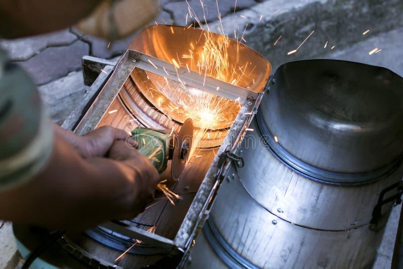 Pracownicy używa metalu szlifierskie maszyny ciąć workpieces zrobili o zdjęcia royalty free