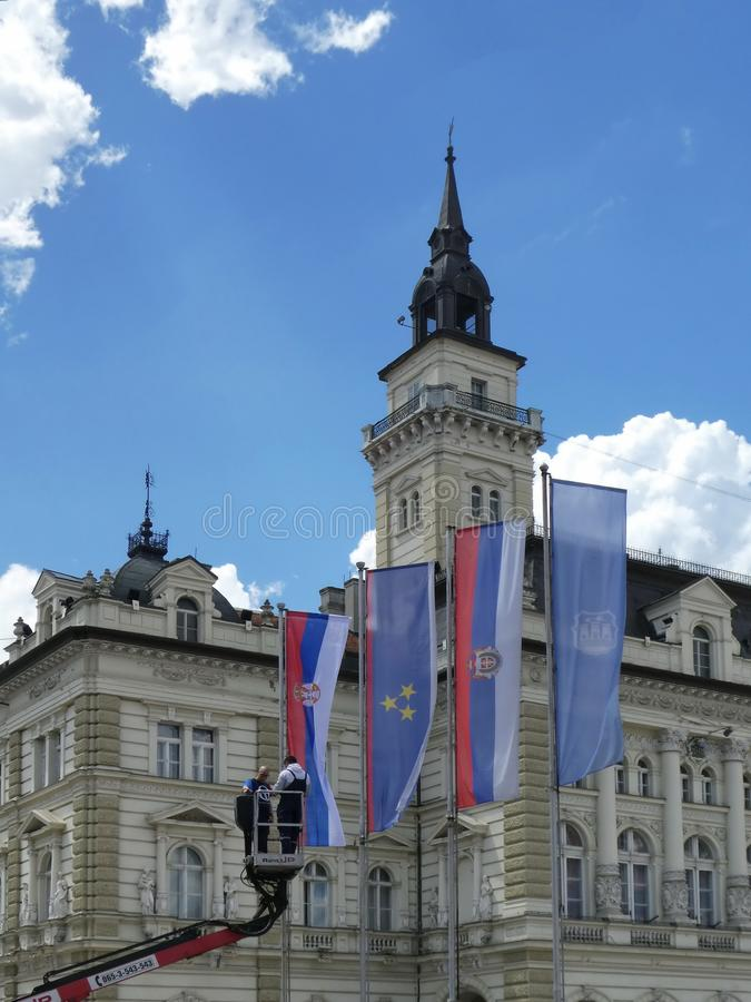 0190 - Pracownicy ustawia flagi na masztach przy miasto kwadratem dla świątecznego przesmyka w Novi Sad, Serbia zdjęcie royalty free