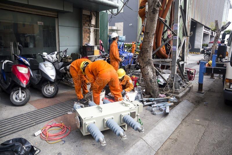 Pracownicy z elektryczność elektrykami i inżyniery zdjęcie stock